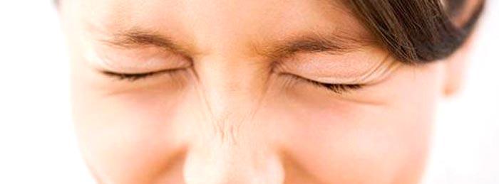 Уход за кожей вокруг глаз гелем